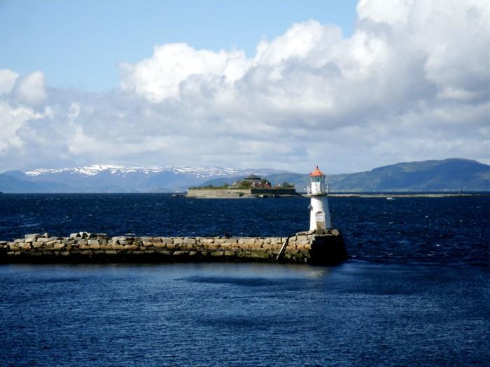 A lighthouse, with Munkholmen in the background (in Trondheimsfjord -- wiki: http://en.wikipedia.org/wiki/File:Munkholmen_og_et_fyr.jpg)
